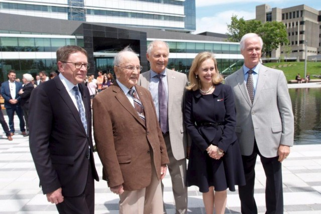 Rosario Tremblay était à l'inauguration de la Place... (Photo fournie par le Mouvement Desjardins)