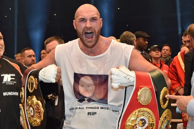 Tyson Fury célèbre après avoirdéfaitWladimirKlitschko par décision unanime,... (Archives AP, Martin Meissner)
