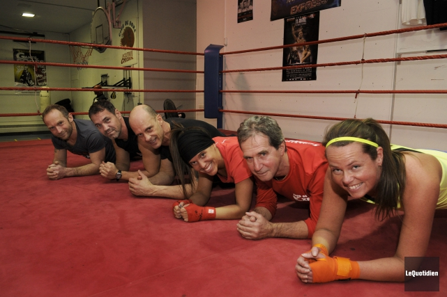 Les membres Club de boxe de Chicoutimi et du Récréoboxe de Denis Gravel se... (Photo Le Quotidien, Michel Tremblay)