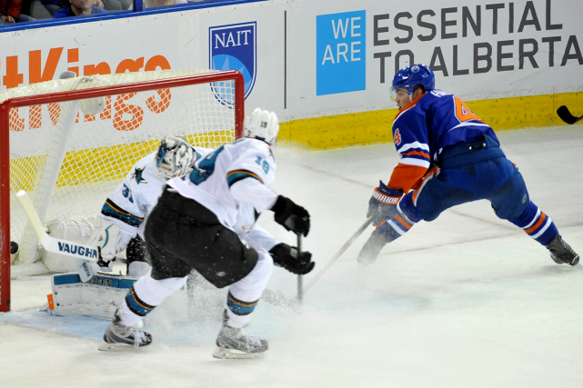 Taylor Hall a déjoué le gardien des Sharks... (Photo Walter Tychnowicz, USA Today)