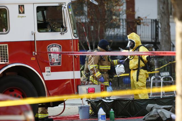 Des équipes en combinaisons de protection chimiquese sont... (Photo Pablo Martinez Monsivais, AP)