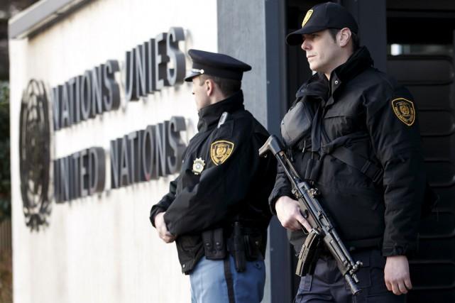 Des policiers armés de mitraillettes montaient la garde... (Associated Press)