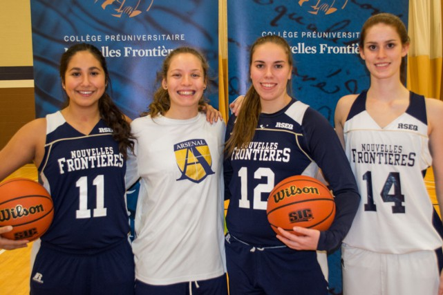 Les quatre anciennes joueuses des Pionniers de l'école...