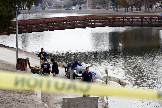 Des agents du FBI effectuent des recherches dans... (Photo Patrick T. Fallon, Reuters)