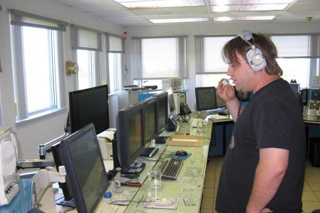Un officier de la radio maritime de Rivière-au-Renard,... (Photo collaboration spéciale, Geneviève Gélinas)