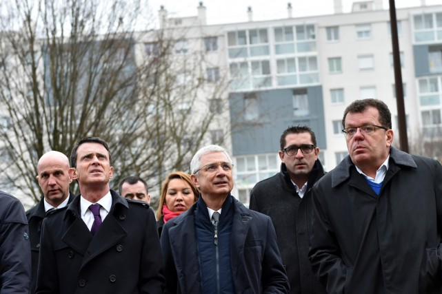 Le socialiste Claude Bartolone (au centre) visite -... (PHOTO LOIC VENANCE, AFP)