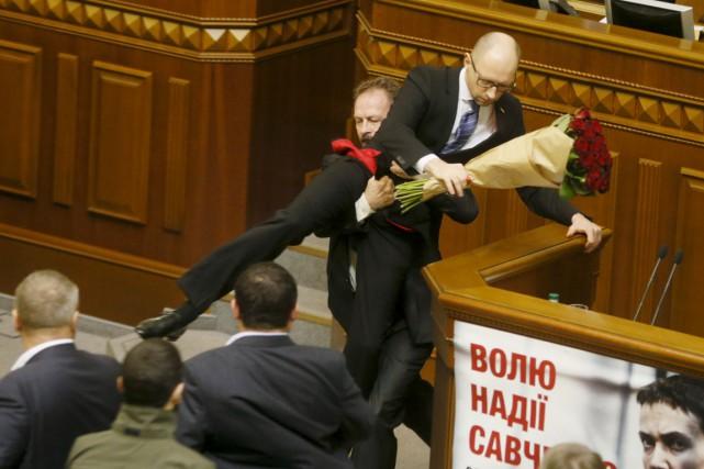 Un député du groupe parlementaire favorable au président,... (PHOTO VALENTYN OGIRENKO, REUTERS)