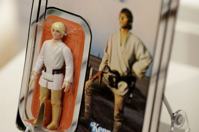 Cette rare figurine de Luke Skywalker, encore dans... (Photo Seth Wenig, AP)