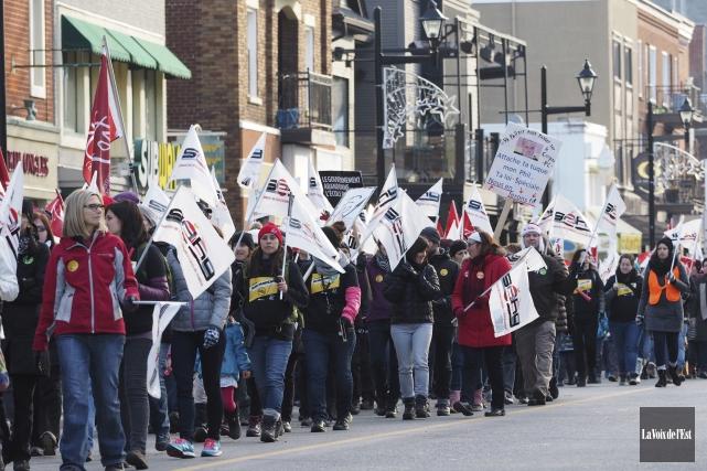 Des centaines d'employés de Val-des-Cerfs ont marché rue... (Alain Dion, La Voix de l'Est)