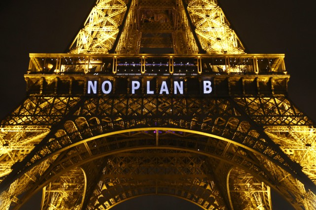Le slogan «Pas de plan B» sur la... (Phtoo Francois Mori, AP)