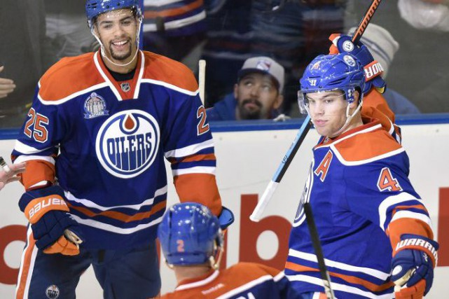 Taylor Hall, à droite, a réussi un match... (Photo John Ulan, PC)