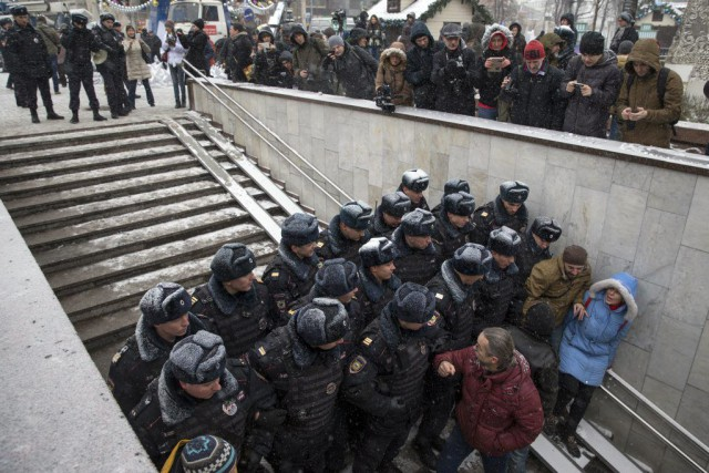 Des policiers bloquent l'accès au square Pushkin à... (PHOTO PAVEL GOLOVKIN, AP)