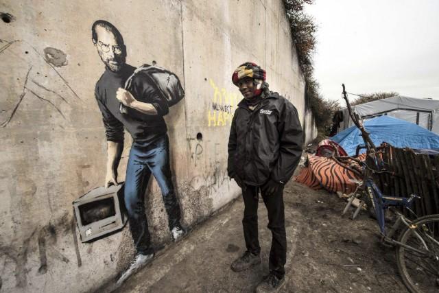 Banksy areprésenté le créateur d'Apple Steve Jobs (1955-2011),... (PHOTO PHILIPPE HUGUEN, AFP)