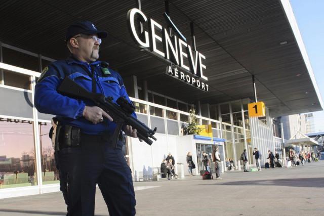 Des policiers armés assuraient une surveillance à l'aéroport... (PHOTO RICHARD JUILLIART, AFP)