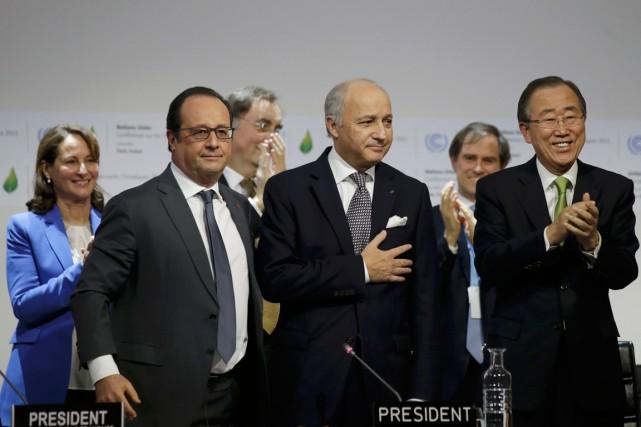 Le président français François Hollande, le ministre français... (PHOTO PHILIPPE WOJAZER, REUTERS)