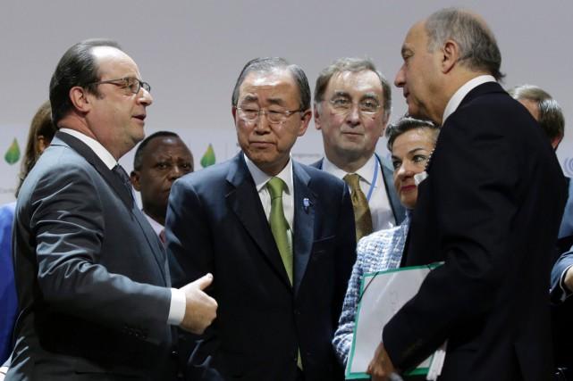 Samedi matin, Ban Ki-moon (entouré ici du président... (AFP, Philippe Wojazer)