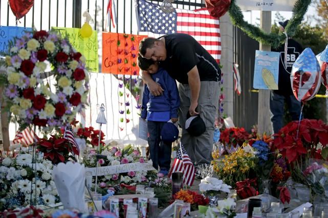 Les citoyens de San Bernardino continuent d'honorer la... (AP, Jae C. Hong)