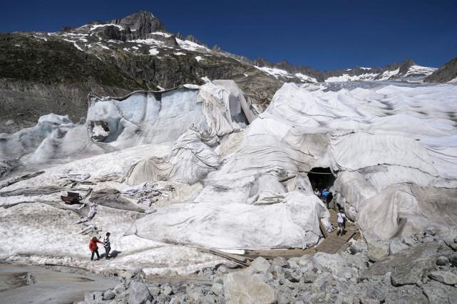 Un parterre de couvertures recouvre le glacier situéprès... (AFP, Fabrice Coffrini)