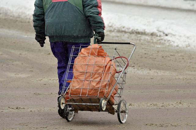 Que faire pour aider les pauvres de notre société? Les appauvrir davantage?... (Photo d'archives)