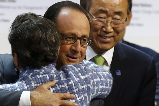 Le président français François Hollande étreintChristiana Figueres,secrétaire exécutive... (AP, François Mori)