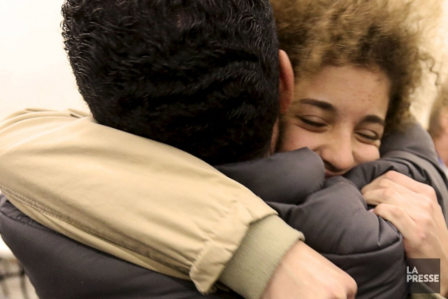 Scène de retrouvailles : la jeune réfugiée Laila... (Photo Christinne Muschi, Reuters)