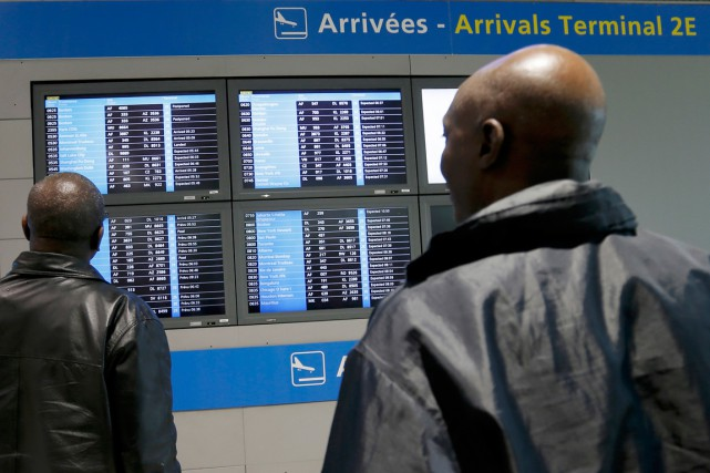 Les nouvelles réservations de vols internationaux vers Paris continuaient... (PHOTO GONZALO FUENTES, REUTERS)