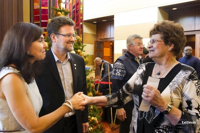 Le maire Maxime Pedneaud-Jobin accueille ses invités.... (Martin Roy, LeDroit)