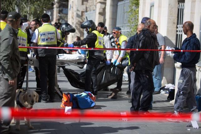 Le corps de l'adolescente abattue par un policier... (Photo MENAHEM KAHANA, AFP)
