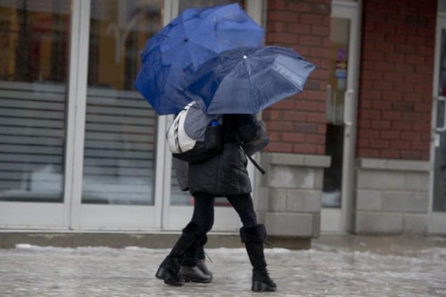 De la pluie verglaçante pourrait affecter certaines régions... (Archives, Stéphane Lessard)