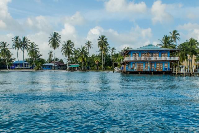 Plusieurs hôtels proposent d'abordables bungalows sur pilotis.... (PHOTO CHARLES-ÉDOUARD CARRIER, COLLABORATION SPÉCIALE)