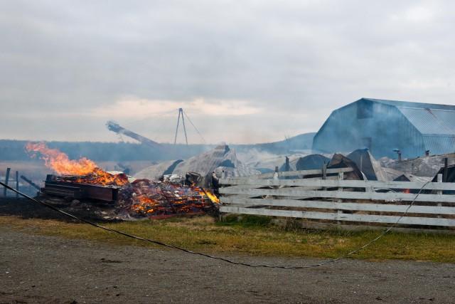 Un bâtiment de ferme a été détruit, lundi avant-midi, sur le chemin de la... (Spectre Média, Jessica Garneau)