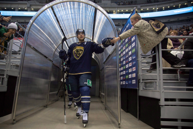 La KHL compte 28 équipes réparties dans sept... (Photo Dmitry Lovetsky, archives AP)