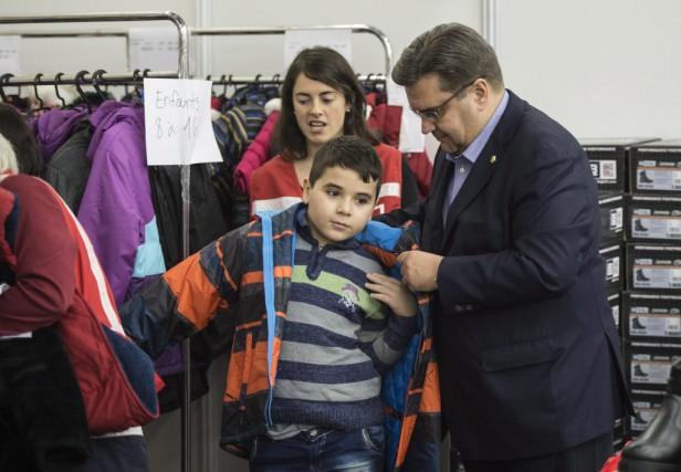 Le maire Denis Coderre aide un jeune réfugié... (Photo Paul Chiasson, PC)