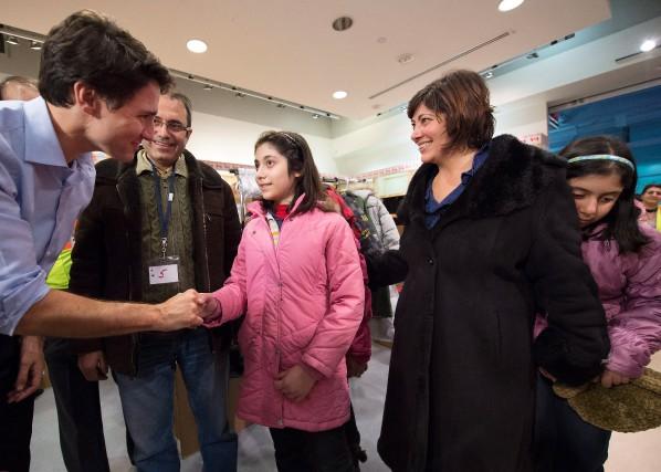 Le premier ministre Justin Trudeau a personnellement accueilli... (PHOTO NATHAN DENETTE, LA PRESSE CANADIENNE)