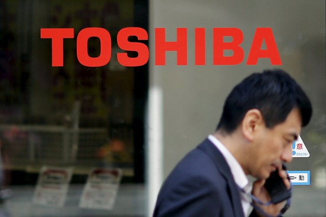Le conglomérat industriel japonais Toshiba a annoncé lundi des réductions... (PHOTO TORU HANAI, ARCHIVES REUTERS)
