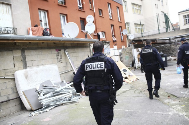 Des policiers inspectent, le 19 novembre, les alentours... (PHOTO PIERRE TERDJMAN, ARCHIVES THE NEW YORK TIMES)