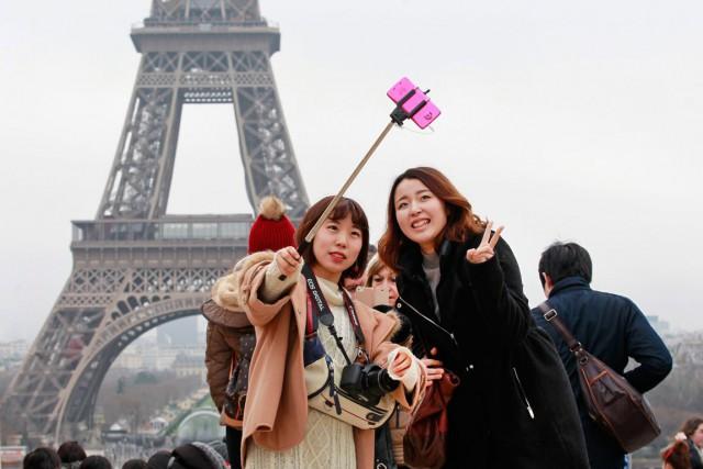 Des touristes prennent un selfie devant latour Eiffel.... (PHOTO REMY DE LA MAUVINIERE, ARCHIVES AP)