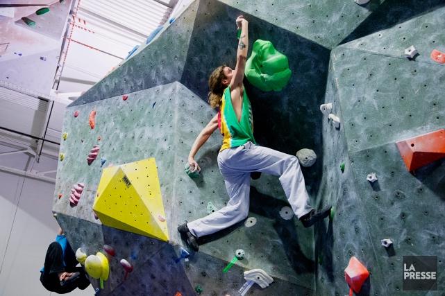 Un grimpeur s'essaie à résoudre un problème d'escalade... (Photo Alain Roberge, La Presse)