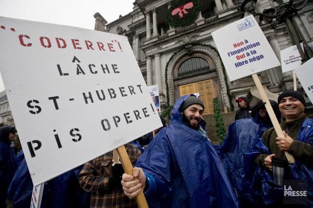 Des cols bleus ont manifesté devant l'hôtel de... (PHOTO PATRICK SANFAÇON, LA PRESSE)