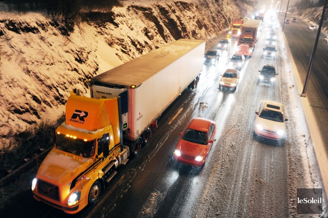 Vers 7h40, de nombreux camions ont dû s'immobiliser,... (Photothèque Le Soleil, Éric Labbé)