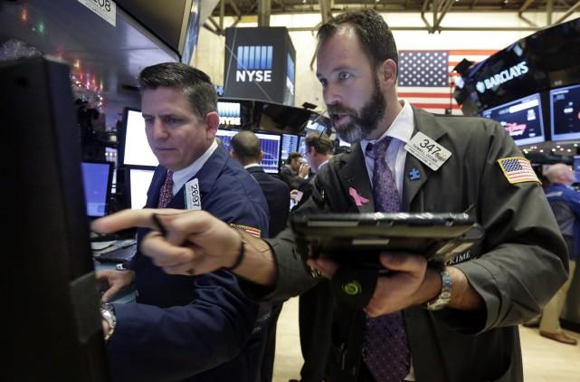 Lundi, «les principaux indices sont hésitants pour commencer... (PHOTO RICHARD DREW, ARCHIVES ASSOCIATED PRESS)