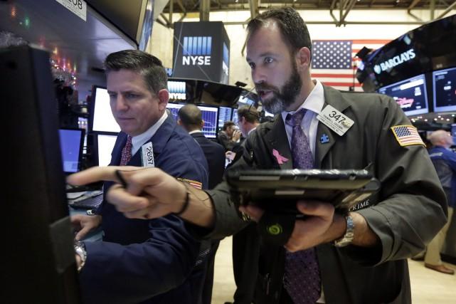 Les marchés boursiers nord-américains ont piqué du nez jeudi, les investisseurs... (PHOTO RICHARD DREW, ASSOCIATED PRESS)