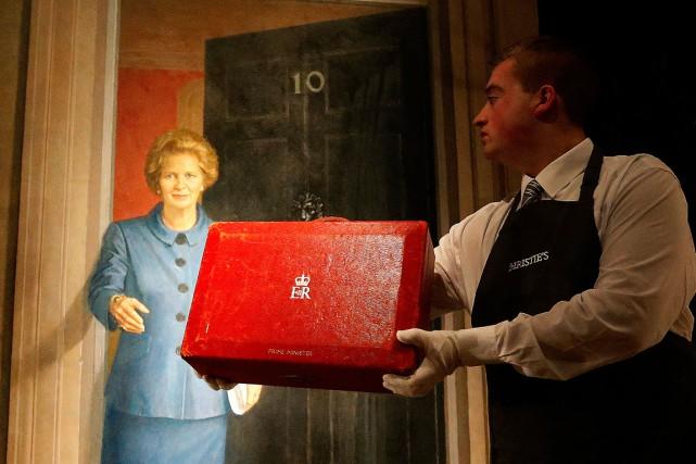 La fameuse valise en cuir rouge ayant appartenu... (AP, Frank Augstein)