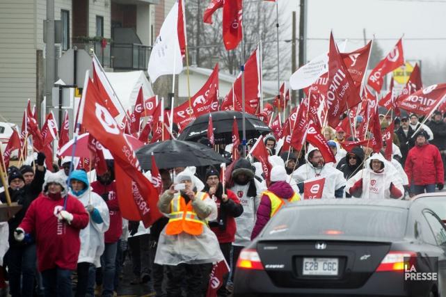 Des centaines de membres d'Unifor ont envahi les... (Stéphane Lessard)
