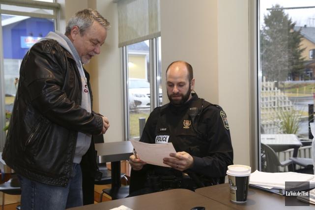 Le premier «Café avec un policier» à Bromont... (Janick Marois, La Voix de l'Est)