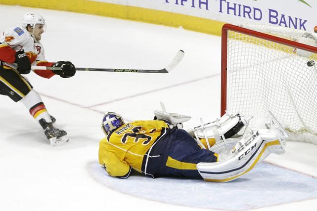 Kris Russell a marqué à 1:23 de la prolongation et les Flames de Calgary ont... (PHOTO AP)