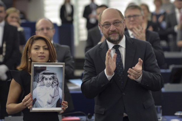 Ensaf Haidar montre une photo de Raif Badawi,... (PHOTO PATRICK HERTZOG, AGENCE FRANCE-PRESSE)