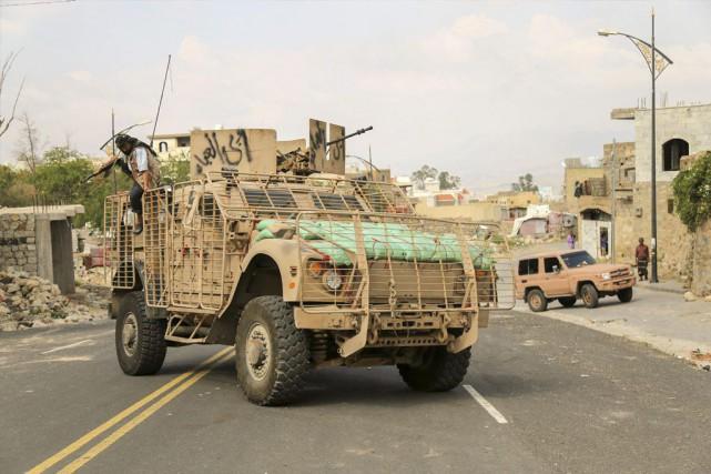 Des positions rebelles à Taëz ont été visées... (PHOTO AHMAD AL-BASHA, AFP)