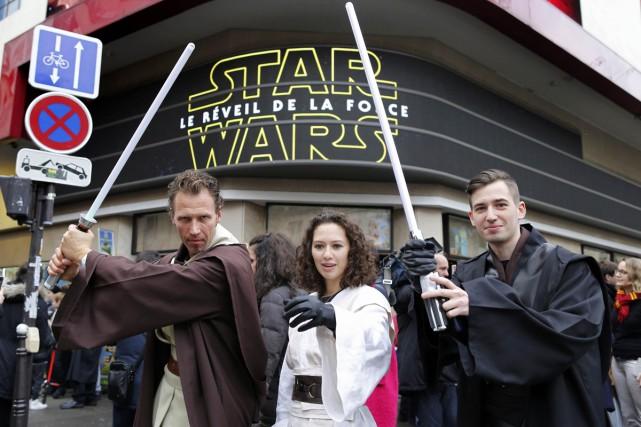 Des fans déguisés devant le cinéma Grand Rex... (PHOTO REUTERS)