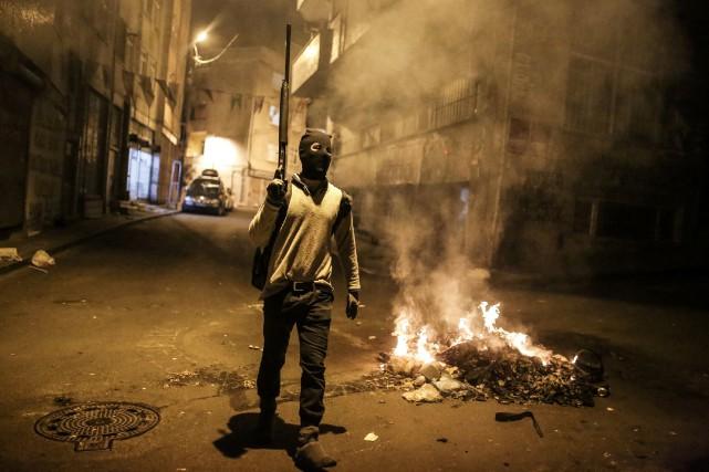 Un militant kurde brandit une arme en guise... (PHOTO CAGDAS ERDOGAN, AFP)